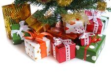 Contenitori di regalo rossi sotto l'albero di Natale immagini stock libere da diritti