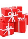 Contenitori di regalo rossi su priorità bassa bianca (percorso di residuo della potatura meccanica incluso) immagini stock