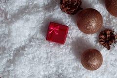 Contenitori di regalo rossi sulla decorazione di Natale della neve, cima di scena di Natale Fotografie Stock Libere da Diritti
