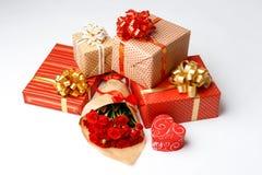 Contenitori di regalo sopra priorità bassa bianca Fotografia Stock