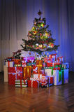 Contenitori di regalo sotto l'albero di Natale immagine stock