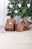 Contenitori di regalo sotto l'albero di Natale Immagini Stock Libere da Diritti