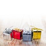 Contenitori di regalo su fondo di legno Immagine Stock Libera da Diritti