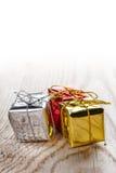 Contenitori di regalo su fondo di legno Fotografia Stock