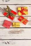 Contenitori di regalo su fondo di legno Immagini Stock Libere da Diritti