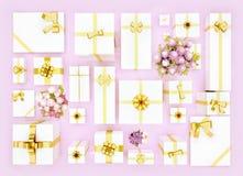 Contenitori di regalo su fondo rosa Vista superiore Contenitori e fiore di regalo Immagine Stock Libera da Diritti