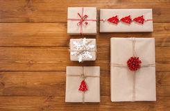 Contenitori di regalo su legno, regali di Natale in carta del mestiere Fotografia Stock Libera da Diritti