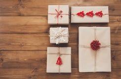 Contenitori di regalo su legno, regali di Natale in carta del mestiere Fotografie Stock Libere da Diritti