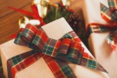 Contenitori di regalo su legno, regali di Natale in carta Fotografia Stock