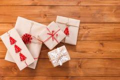 Contenitori di regalo su legno, regali di Natale in carta del mestiere Immagini Stock