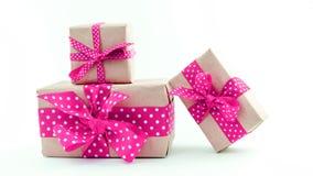 Contenitori di regalo su priorità bassa bianca Immagini Stock
