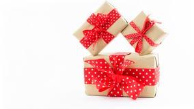 Contenitori di regalo su priorità bassa bianca Immagine Stock