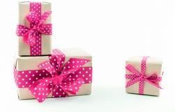 Contenitori di regalo su priorità bassa bianca Fotografia Stock