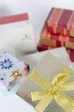 Contenitori di regalo su priorità bassa bianca Fotografie Stock