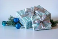 Contenitori di regalo su priorità bassa chiara fotografie stock libere da diritti
