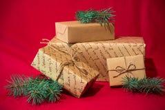 Contenitori di regalo su rosso fotografia stock