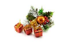 Contenitori di regalo su un fondo dei rami dell'albero di Natale Fotografie Stock