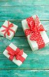 Contenitori di regalo su un fondo di legno Immagini Stock