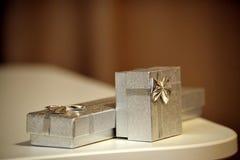 Contenitori di regalo su una tavola a colori i colori caldi Fotografia Stock Libera da Diritti