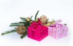 Contenitori di regalo sui precedenti delle decorazioni di Natale fotografia stock libera da diritti