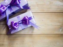 Contenitori di regalo sul bordo di legno Immagini Stock Libere da Diritti
