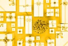 Contenitori di regalo sulla priorità bassa dell'oro Vista superiore Contenitori e fiore di regalo Fotografia Stock