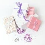 Contenitori di regalo svegli nei colori pastelli. Immagine Stock