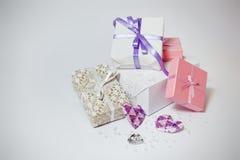 Contenitori di regalo svegli sui precedenti grigi Fotografia Stock