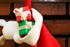 Contenitori di regalo in un calzino di natale Fotografia Stock Libera da Diritti