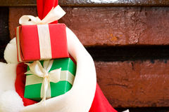 Contenitori di regalo in un calzino di natale Fotografia Stock