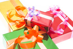 Contenitori di regalo variopinti bei Fondo bianco isolato immagine stock libera da diritti