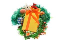 Contenitori di regalo variopinti bei Fondo bianco isolato Fotografia Stock