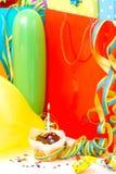 Contenitori di regalo variopinti di compleanno isolati su fondo bianco Concetto di compleanno, di natale e del partito immagini stock