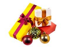 Contenitori di regalo variopinti con gli archi e nastri isolati nel bianco Fotografia Stock