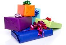 Contenitori di regalo variopinti con i bei archi Fotografia Stock