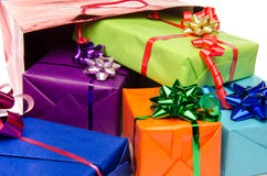 Contenitori di regalo variopinti con i bei archi Fotografia Stock Libera da Diritti