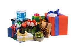 Contenitori di regalo variopinti con i nastri colorati e carta da imballaggio su w Immagine Stock Libera da Diritti