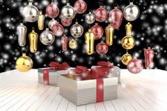 Contenitori di regalo variopinti del nuovo anno di Natale con gli archi dei nastri e dei regali dell'albero di Natale sui precede Fotografie Stock
