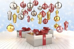 Contenitori di regalo variopinti del nuovo anno di Natale con gli archi dei nastri e dei regali dell'albero di Natale sui precede Fotografia Stock Libera da Diritti