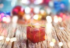 Contenitori di regalo variopinti su fondo di legno, morbido astratti e su sfuocatura fotografia stock libera da diritti