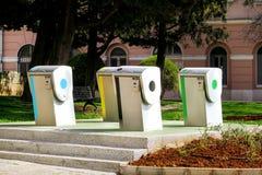 Contenitori di riciclaggio moderni sulla via della città Fotografie Stock Libere da Diritti