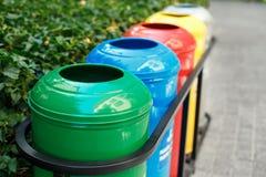 Contenitori di rifiuti colorati per la separazione dell'immondizia Immagini Stock Libere da Diritti
