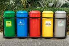 Contenitori di rifiuti colorati per la separazione dell'immondizia Fotografie Stock Libere da Diritti