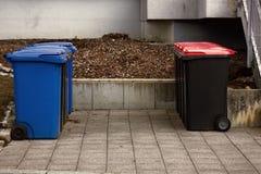 Contenitori di rifiuti e siti del contenitore Immagine Stock