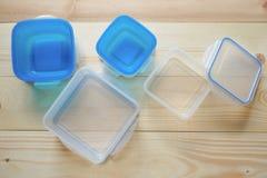 Contenitori di stoccaggio di plastica vuoti dell'alimento il concetto di deposito a lungo termine dei prodotti Fotografie Stock