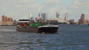Contenitori di trasporto della nave attraverso Rotterdam stock footage