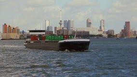 Contenitori di trasporto della nave attraverso Rotterdam video d archivio
