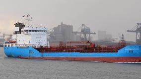 Contenitori di trasporto della nave attraverso Rotterdam archivi video