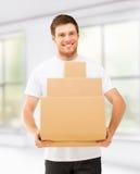 Contenitori di trasporto sorridenti di cartone dell'uomo a casa Immagini Stock Libere da Diritti