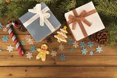 Contenitori e decorazione di regalo di Natale sulla tavola di legno immagini stock libere da diritti